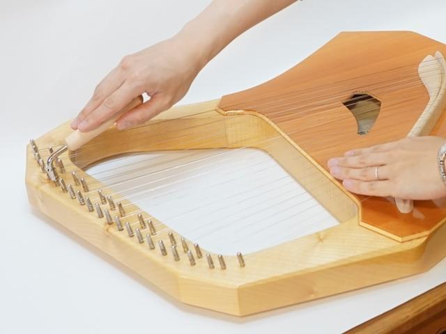 コロイ大型ソプラノ35弦-調弦風景