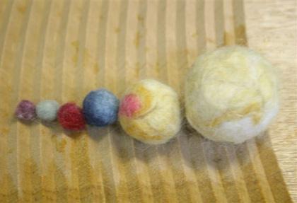 羊毛フェルトでボール作り