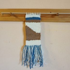 織り機を使ってタペストリー作り